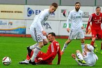 Třinec (v červeném) obral doma po Znojmu o body dalšího favorita na postup - Karvinou.