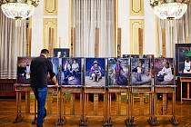 Programový ředitel Maciej Gil při instalaci výstavy fotografií, portrétů Dušana Hanáka v Divadle A. Miczkiewicze.