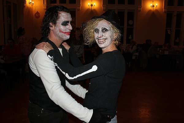 Dušičková zábava, aneb Halloween po česku. To byl název sobotní akce vDoubravě. Po setmění se to vNárodním domě hemžilo kostlivci, čarodějnicemi nebo oživlými mrtvolami.