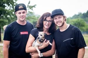 David Pastrňák (vpravo) spolu s maminkou Marcelou, bratrem Jakubem a psíkem Epim.