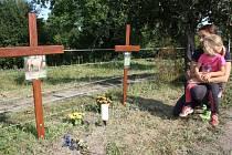 Gabriela Klémová s dcerou u křížků, které na pastvině vztyčila na památku uhynulých koní.