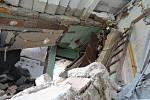 Snímky z výbuchem poškozeného domu.
