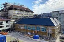 Budova polského gymnázia v Českém Těšíně dostala v těchto dnech provizorní světlík.