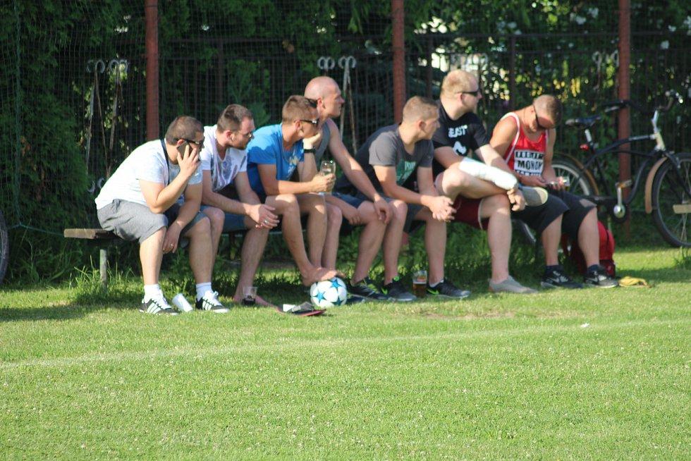 Diváci sledují fotbal.