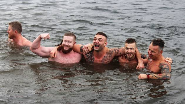 Tradiční setkání otužilců u Karvinského moře na Vánoce 2019.