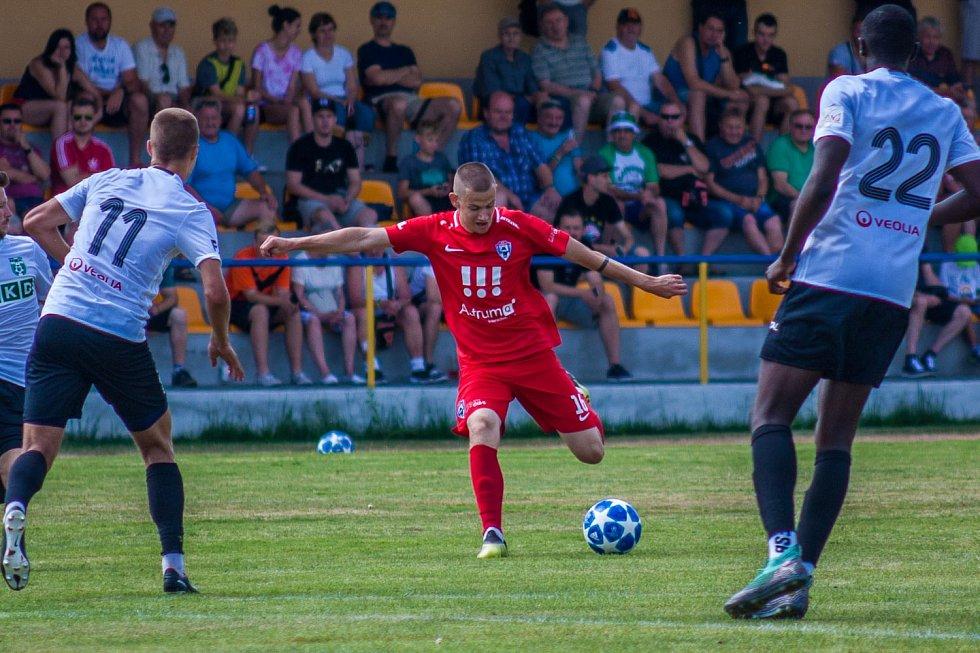 Karvinští fotbalisté (v bílém) v utkání proti Vítkovicím.