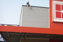 K dramatické události došlo v sobotu krátce po sedmé hodině ranní v českotěšínském Kauflandu. Na střeše supermarketu totiž seděl muž středního věku, který odmítal střechu opustit.