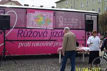 Růžový autobus objíždí náš region.