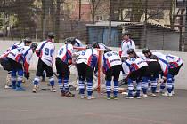 Hokejbalisté zvládli další zápas a dýchají Opavě na záda.