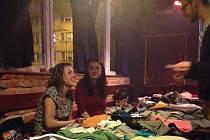 Nabídka oblečení bleších trhů Food Not Bombs bývá obvykle pestrá a zajímavá. Fotografie pochází z nedávného blešího trhu v Ostravě.