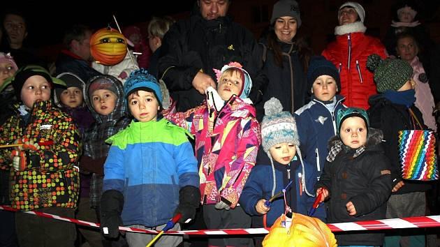 Doslova davy dětí i dospělých s lampiony i bez si užívaly lampionový průvod a příjezd Martina na bílém koni a paní zimy v centru Karviné.