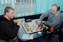 Vladimír Sergejev (vpravo) obral o body i druhého nejlepšího českého šachistu Viktora Lázničku. V Turnově zase remizoval s Pavlem Jaraczem.