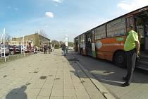 Na tomto místě se Ukrajinec pokusil neúspěšně nastoupit do odjíždějícího autobusu.