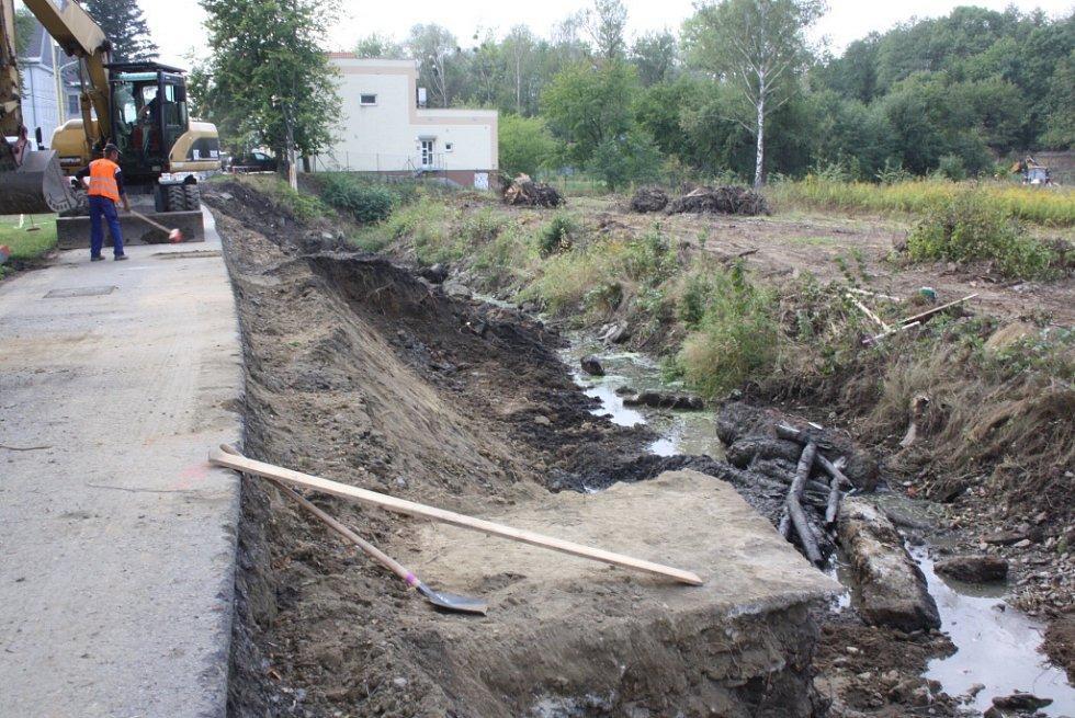 Oprava koryta Sušanky poškozeného těžbou uhlí.