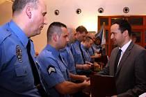 Primátor Havířova Daniel Pawlas oceňuje úspěšné strážníky.