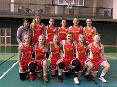 Talentované basketbalistky s trenérkou Šindlářovou.