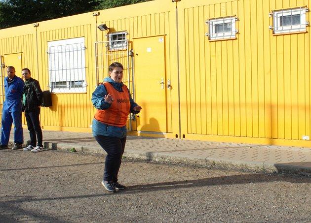 Žluté stavební buňky slouží jako zástupná správní budova sšatnami a kabinami pro rozhodčí.