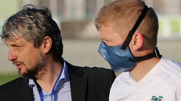 Trenér Karviné Jozef Weber se rozhodl poslat Jana Šislera do utkání už po hodině hry. Karvinský záložník musí ovšem po zlomenině čelisti nastupovat s maskou.