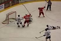 Havířovští hokejisté (v bílém) zabrali a porazili Opavu.