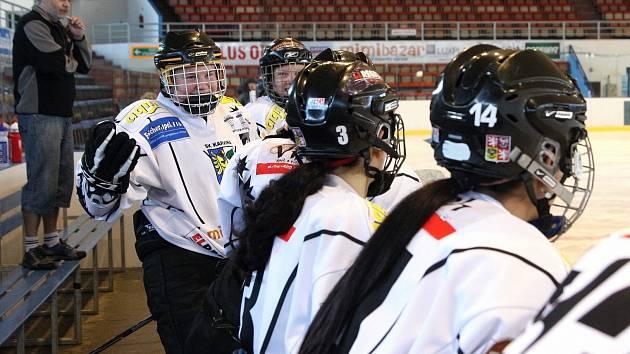 Hokejistky Karviné odehrály několik rovnocenných partií s chlapci.