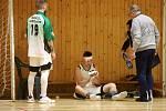 Karvinští hráči (v bílém) proti Opavě.