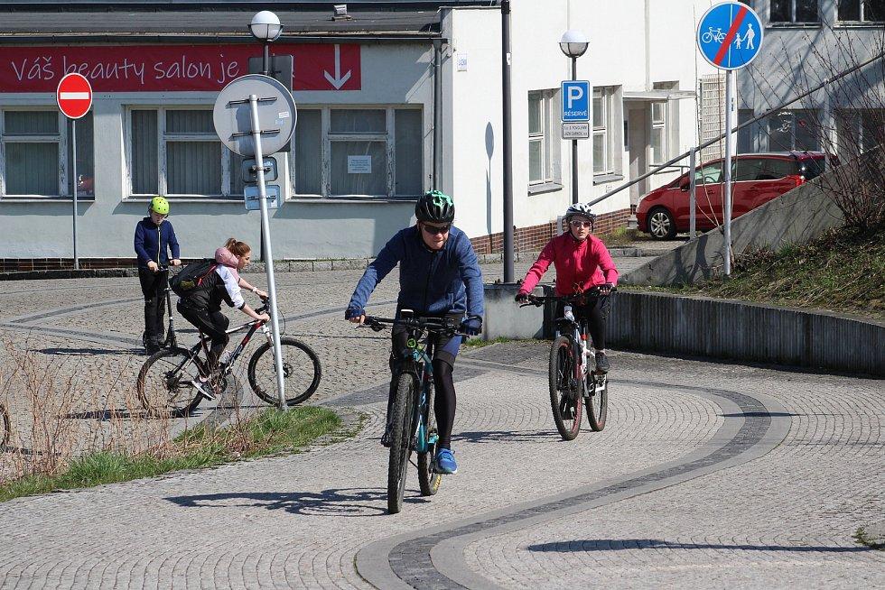 Slunečné a teplé počasí vylákalo lidi na cyklovýlety. Cyklostezka podél Olše a Darkovský most v Karviné byly v obležení cyklistů.