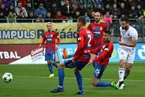 Tomáš Wágner (v bílém) střílí vedoucí gól do sítě Plzně. Karviná si zasloužila bodovat.