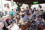 Vládní návštěva v Moravskoslezském kraji, 25. dubna 2018, Domov Březiny v Petřvaldu. Premiér Andrej Babiš s hejtmanem Ivo Vondrákem pomohli také se stavěním májky.
