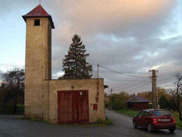 Rekonstrukce bývalé požární zbrojnice v lokalitě Pod zvonkem by byla příliš nákladná. Několik let už neslouží svému účelu.