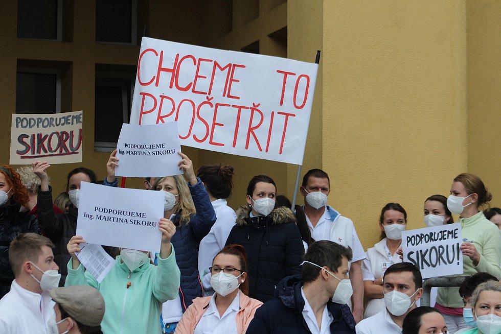 Snímky z lednového protestu zdravotníků před třineckou nemocnicí, kteří nesouhlasí s odvoláním ředitele nemocnice Martina Sikory.