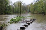 Voda z řeky Lučiny v Havířově zaplavila rozestavěnou cyklostezku, a to právě v místě, kde meandrující břeh stezku ohrožuje opakujícími se sesuvy.