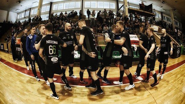 Karvinští házenkáři (včerném) porazili Lovosice osedm gólů.