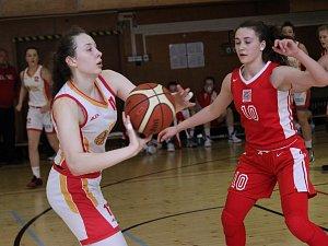 Odchovankyně havířovského basketu Anežka Kopecká (s míčem) je oporou reprezentačního celku.