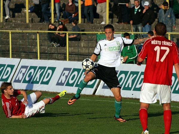 Karvinští fotbalisté (vbílém) porazili vzajímavém derby Třinec 2:1.