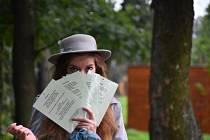 Mladá karvinská básnířka Katarzyna Gattnar přečte své básně v knihovně.