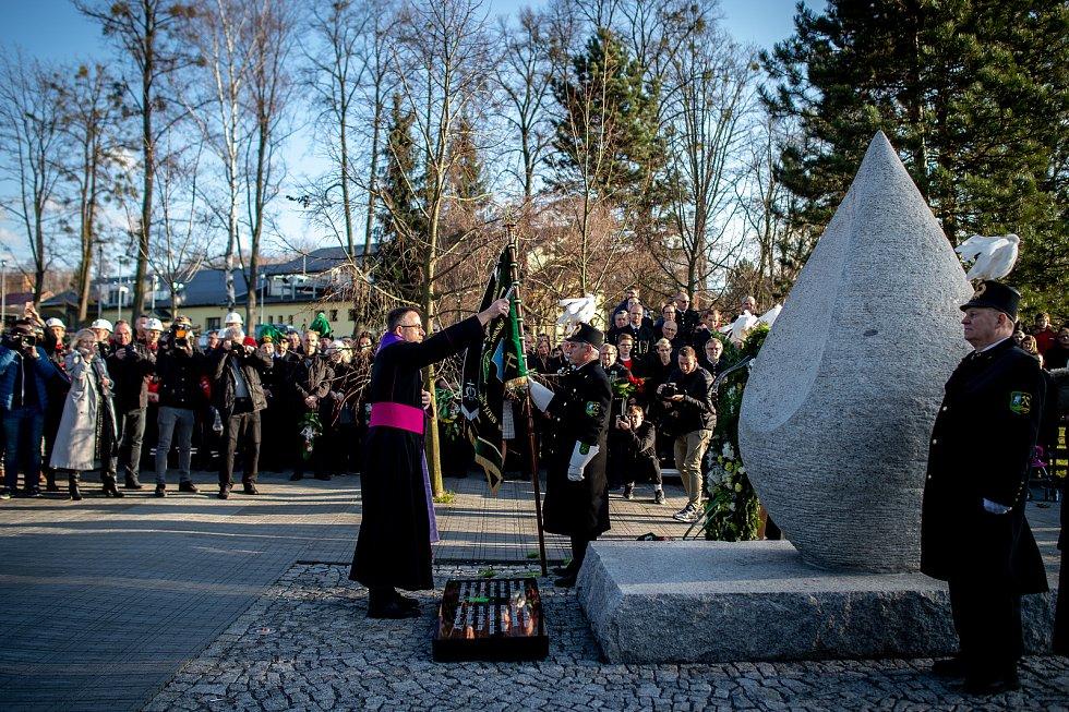 Ve Stonavě se konal pietní akt k uctění památky 13 horníků, kteří před rokem zahynuli v Dole ČSM-Sever při výbuchu metanu. Památku havířů připomíná v centru obce žulový monument ve tvaru slzy, 20. prosince 2019. Na snímku ostravsko-opavský biskup Martin D