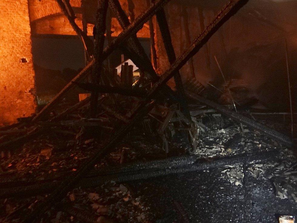Sedm jednotek hasičů zasahovalo od sobotního večera do nedělního rána u požáru zemědělského skladu v Dolní Lutyni.