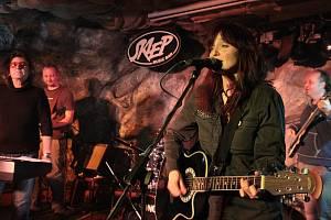 Blanka Šrůmová a Jan Sahara Hedl zahrají v srpnu v Karviné s kapelou Něžná noc. Foto z koncertu v Pelhřimově.