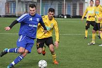 Karvinští fotbalisté (ve žlutém) porazili v generálce na II. ligu divizní  Petrovice 5:1.