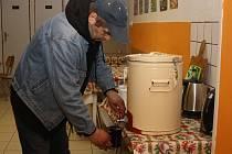 Bezdomovci v Havířově využívají azylu Armády spásy, kde mohou přečkat mrazy, dostanou čaj i polévku od ADRY.
