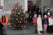 Soutěž školáků o nejkrásnější ozdobu vánočního stromku v hale havířovského magistrátu.