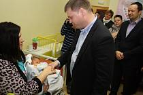 Maminky prvního miminka ČR a Havířova v roce 2016 přijaly gratulace od zástupců kraje a města.