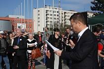 Petici za referendum proti imigrantům podpořil Tomio Okamura.