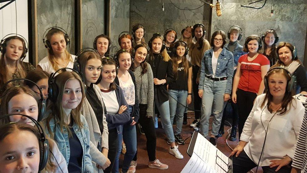 Společný snímek členů Permoníku ve studiu v Petrovicích.