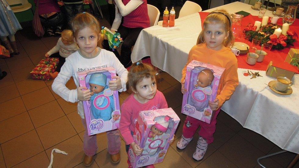 Nadílka radničního Ježíška v Azylovém domě Armády spásy pro matky s dětmi.