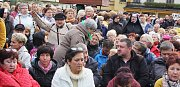 Stovky polských věřících přišly v sobotu odpoledne na náměstí v polském Těšíně, kde se konala modlitba růžence.