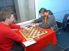 Polský šachista Patrik Gnida (vlevo) bojující za Karvinou zvítězil nad Jaroslavem Kaňokem.