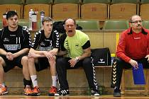 Trenér mladších dorostenců Petr Laclavik zápasy emotivně prožívá. Své svěřence ale dovede připravit.