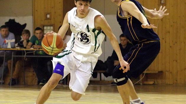 Basketbalisté Karviné (v bílém Miloš Bisaha) hodnotili sezonu.