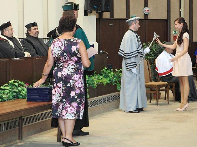 V Karviné promovali noví absolventi Obchodně podnikatelské univerzity v bakalářských i navazujících magisterských programech